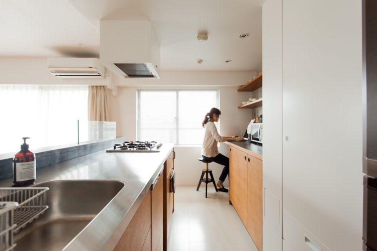 Bàn làm việc gần bếp